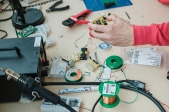 iso800 ging samen met Kleine revoluties op bezoek bij Nerdalize, een bedrijf uit Nederland dat overbodige server hitte wil gebruiken voor het verwarmen van huizen.