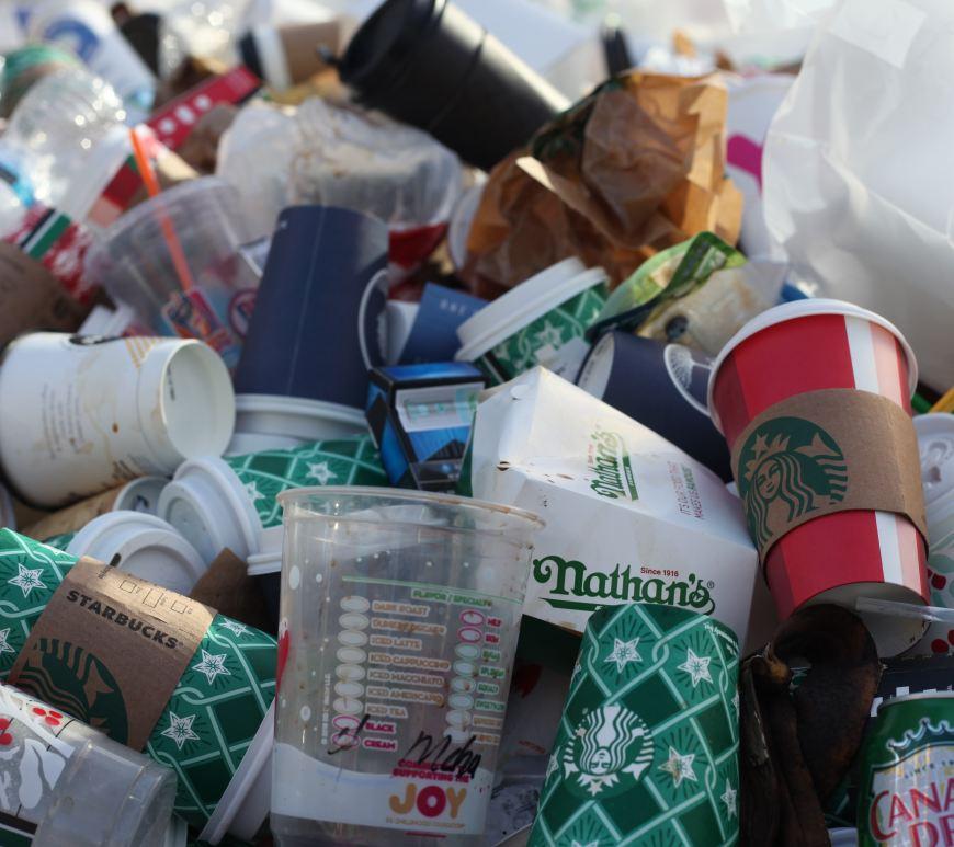 Plasticafval (Foto: Jasmin Sessler (Unsplash)) Lees meer: https://www.apache.be/2020/02/17/plastic-recyclage/ © Apache